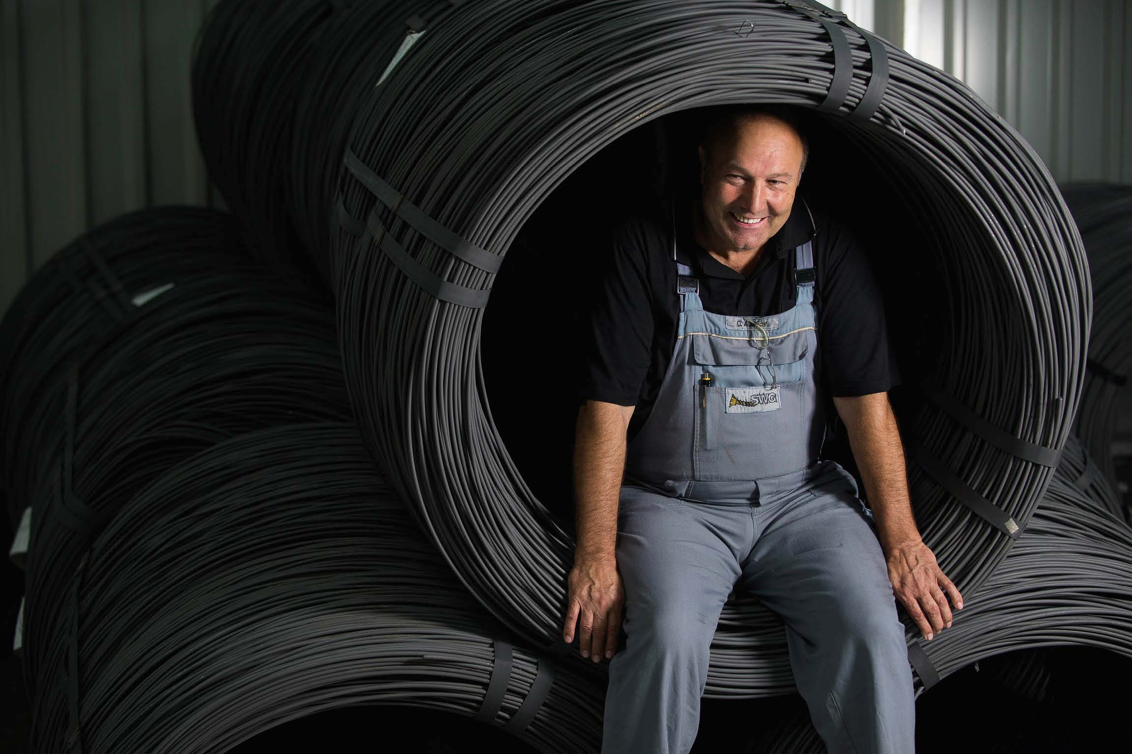 Otto Albrecht, head of department at the pressing shop of SWGSchraubenwerk Gaisbach GmbH, went into retirement at the end of 2017. For more than 40 years, he was responsible for production together with his colleagues, processing hundreds of thousands of kilometers of wire and tens of thousands of metric tons of steel to create billions of screws for our customers to work with: a real lifetime achievement for which we can only say THANK YOU!   SWG processes 700 km of wire every day distributed across wire reels weighing around 1-2 metric tons each. This equates to 1,700 metric tons per month and 1.5 billion to 2 billion screws every year.