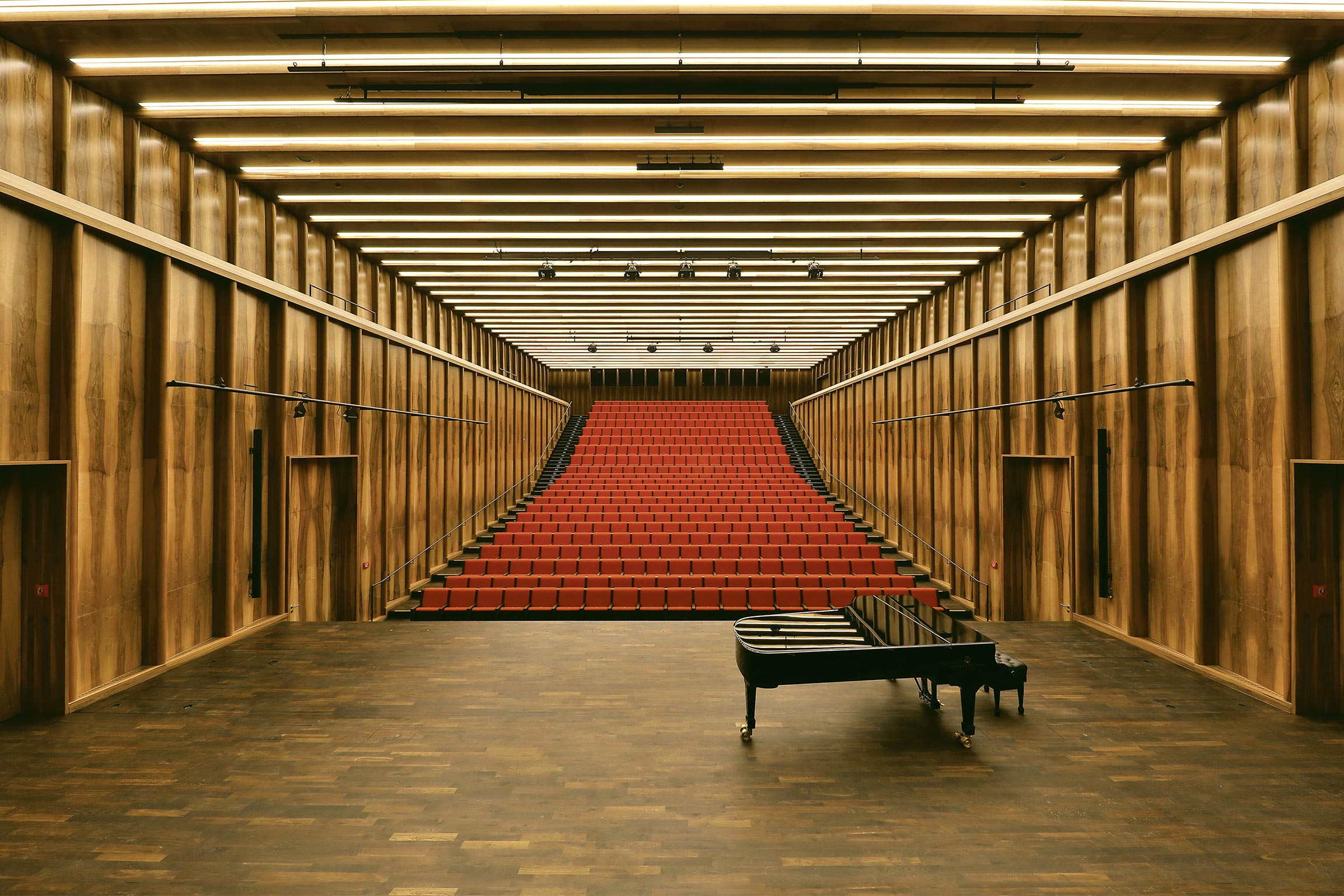 The jewel in the crown of the new Carmen Würth Forum is the elegant Reinhold Würth Hall. The chamber music hall offers seats for 580 visitors and stands out thanks to its exquisite decor: the walls are clad with French walnut while the floors are made of oiled German smoked oak. The acoustics are excellent.